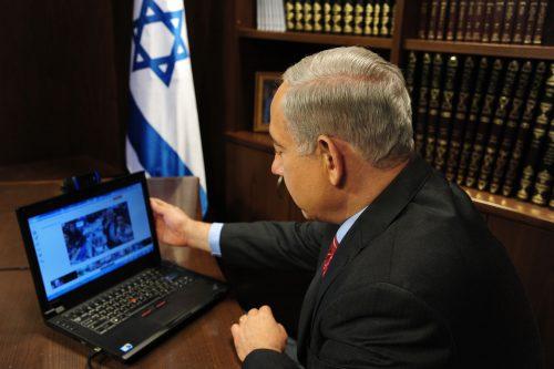 премьер Израиля за ноутбуком