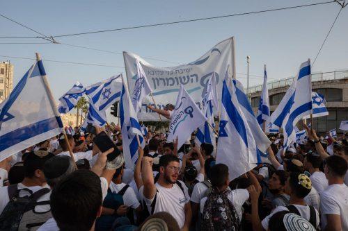 шествие флагов
