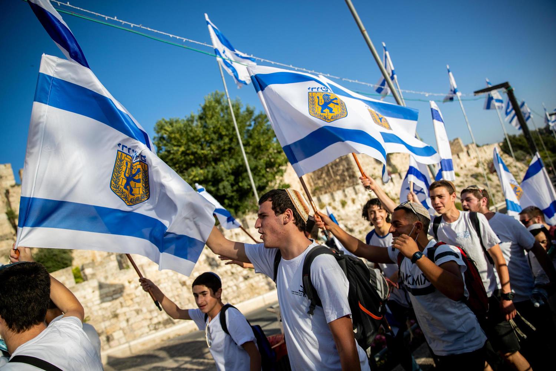 марш с флагами