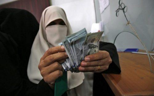 Палестинка считает деньги