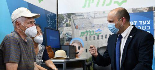 Премьер-министр Нафтали Беннетт открывает центр вакцинации в Иерусалиме, 4 августа 2021 г.